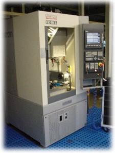 Modernste Maschinen (oben: Das neue 3-Achs- Bearbeitungszentrum vom Typ DMG MillTap 700, links: vierachsiges Fertigungszentrum vom Typ Chiron FZ 08 S) stehen für vielfältige Bearbeitungsaufgaben zur Verfügung.